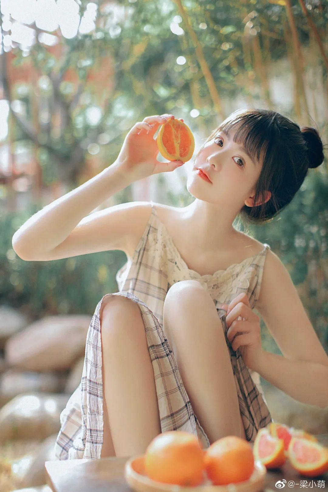 妹子摄影 – 微博美少女@-梁小萌,吃橘子的连衣裙清纯小妹_图片 No.1
