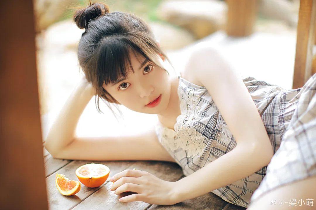 妹子摄影 – 微博美少女@-梁小萌,吃橘子的连衣裙清纯小妹_图片 No.2