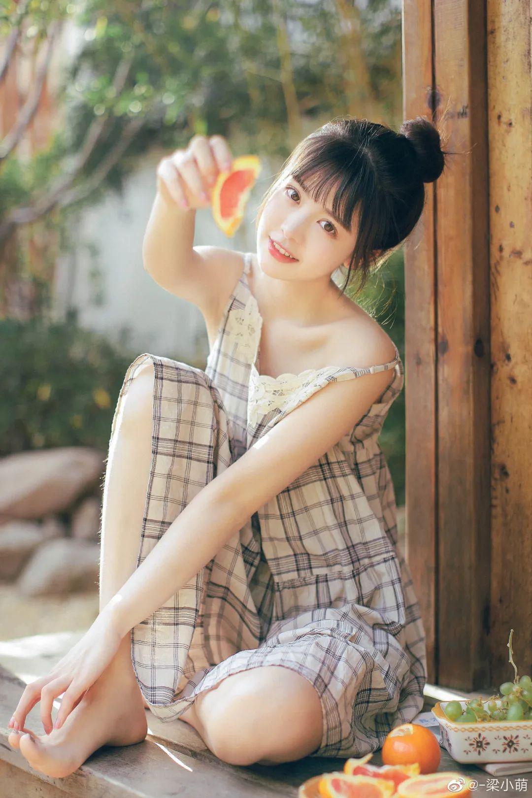 妹子摄影 – 微博美少女@-梁小萌,吃橘子的连衣裙清纯小妹_图片 No.4