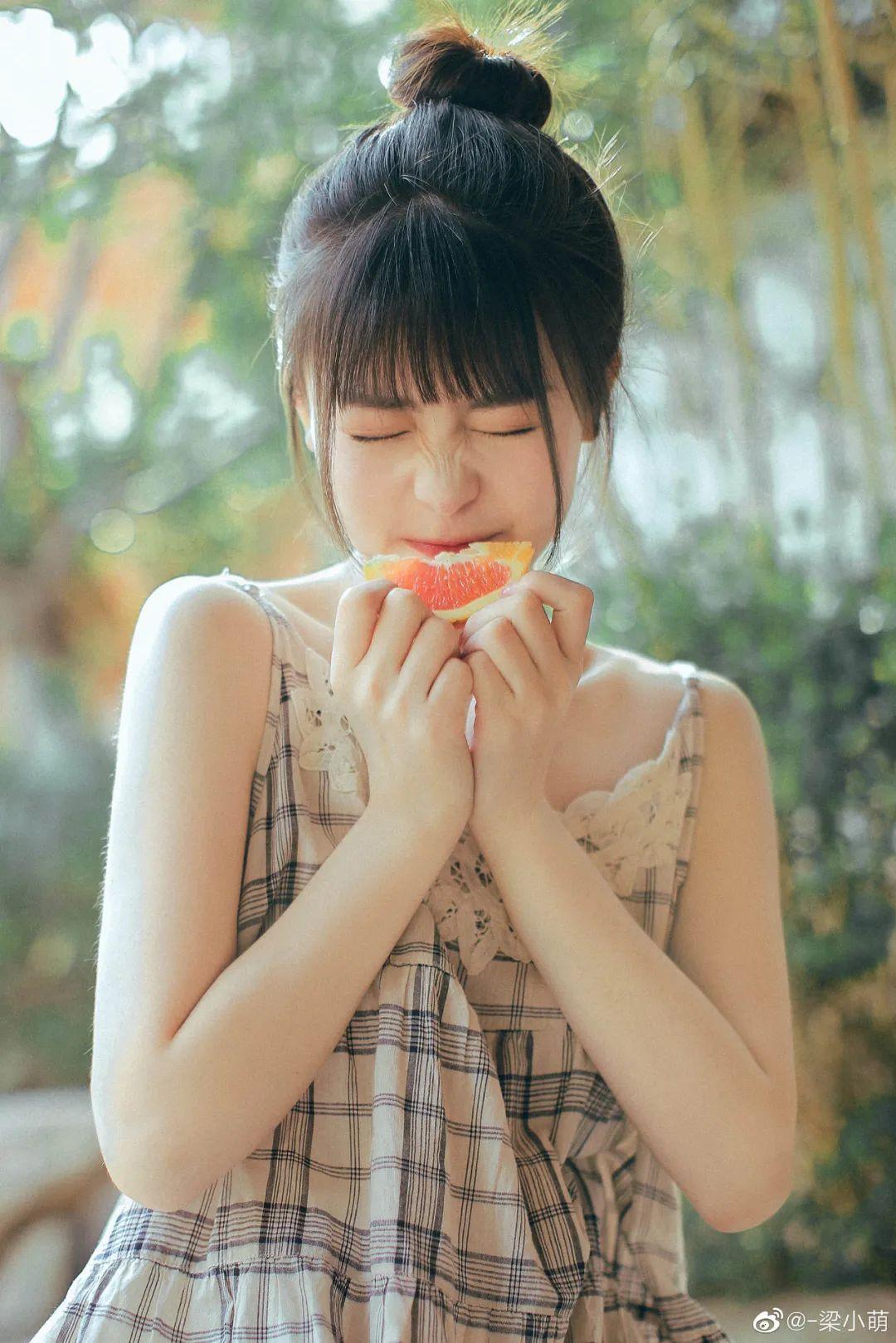 妹子摄影 – 微博美少女@-梁小萌,吃橘子的连衣裙清纯小妹_图片 No.5