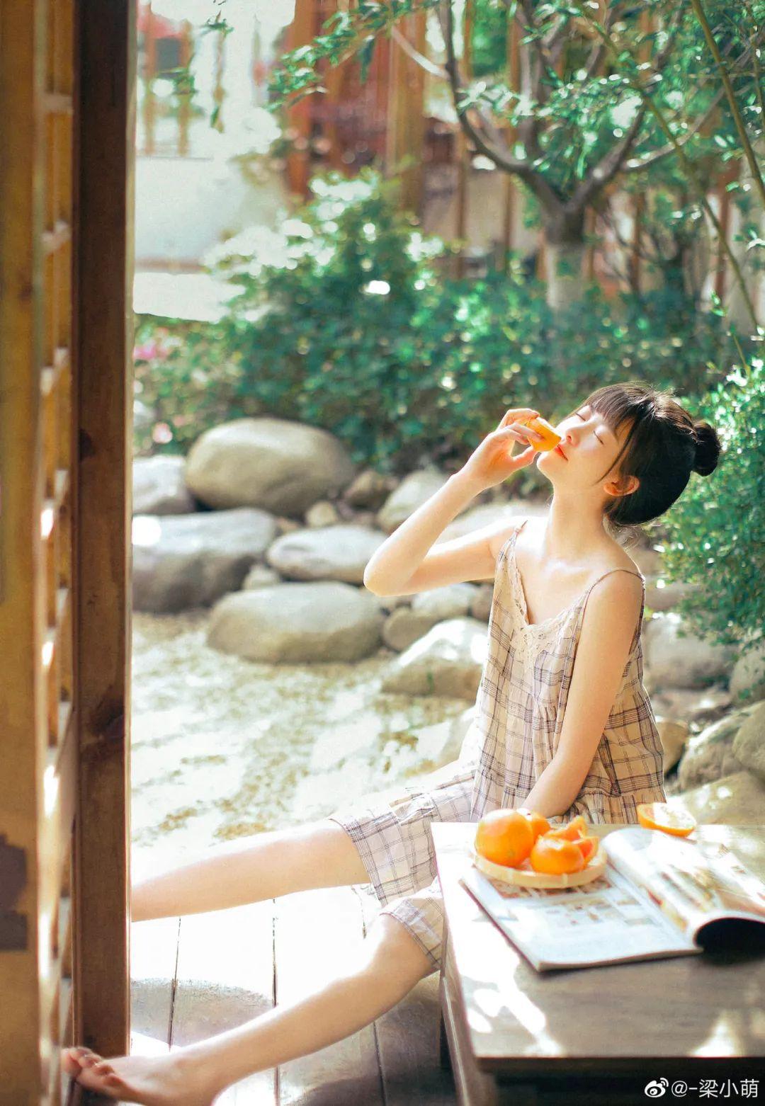 妹子摄影 – 微博美少女@-梁小萌,吃橘子的连衣裙清纯小妹_图片 No.8