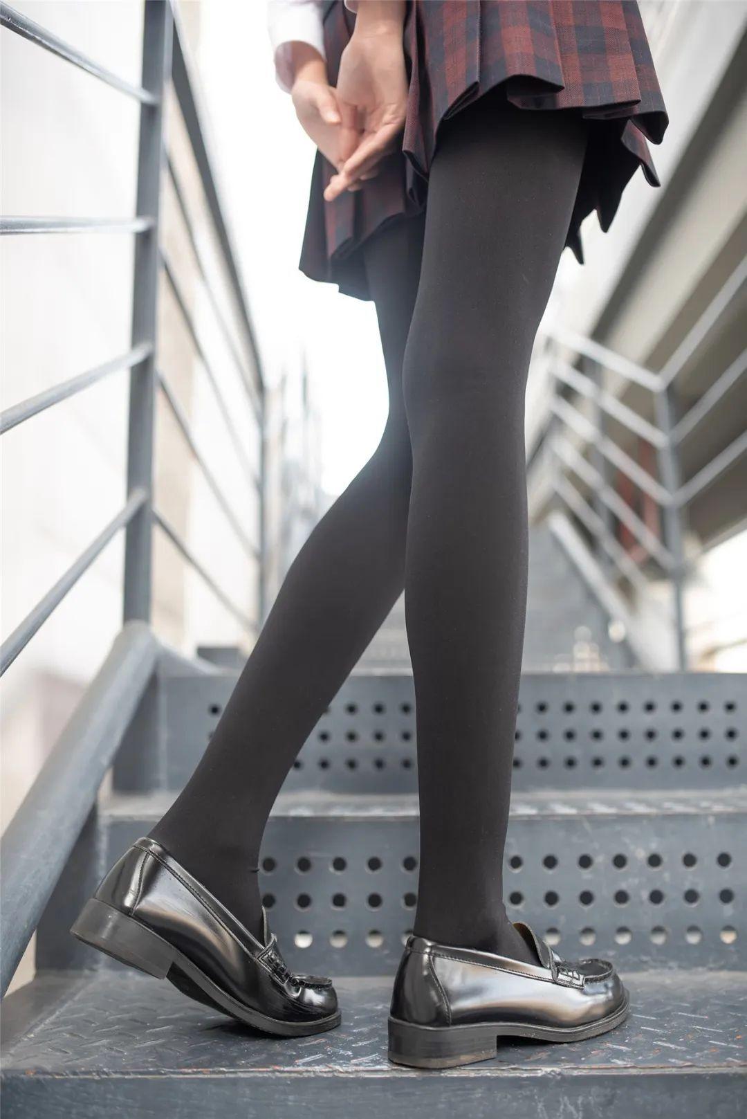 妹子摄影 – 可可爱爱黑白丝袜JK短裙女孩_图片 No.8