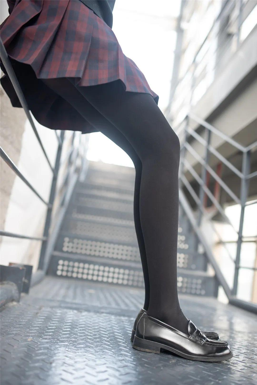 妹子摄影 – 可可爱爱黑白丝袜JK短裙女孩_图片 No.11