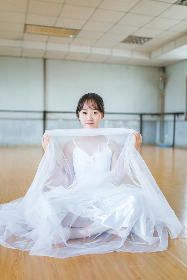 妹子摄影 – 白色连衣裙女孩跳芭蕾舞_图片 No.1