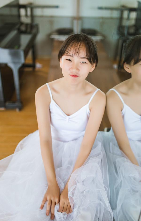 妹子摄影 – 白色连衣裙女孩跳芭蕾舞_图片 No.2