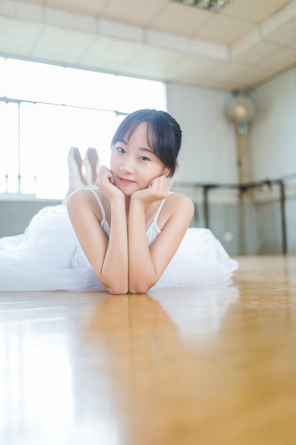 妹子摄影 – 白色连衣裙女孩跳芭蕾舞_图片 No.3