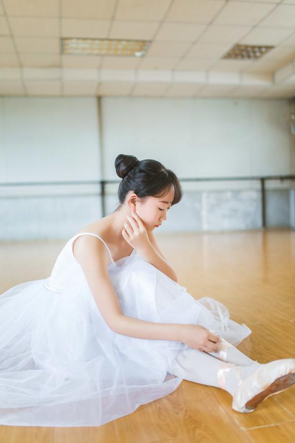 妹子摄影 – 白色连衣裙女孩跳芭蕾舞_图片 No.5