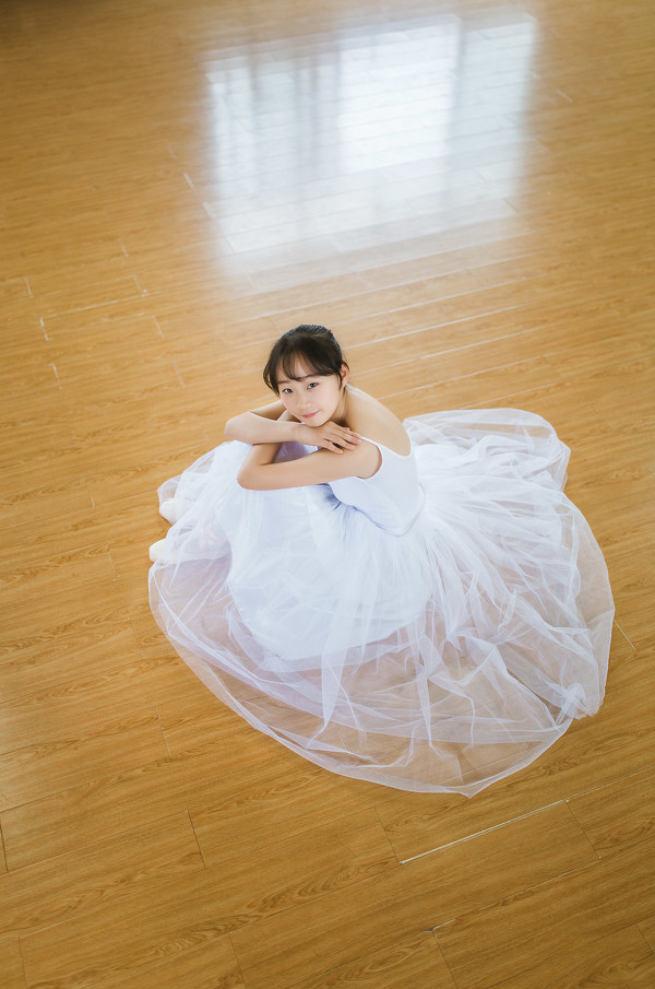 妹子摄影 – 白色连衣裙女孩跳芭蕾舞_图片 No.8