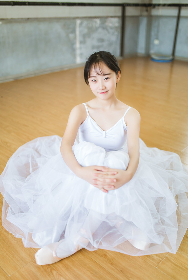 妹子摄影 – 白色连衣裙女孩跳芭蕾舞_图片 No.10