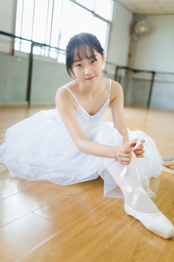 妹子摄影 – 白色连衣裙女孩跳芭蕾舞_图片 No.11