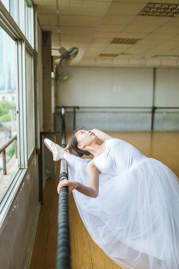 妹子摄影 – 白色连衣裙女孩跳芭蕾舞_图片 No.12