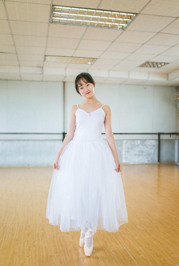 妹子摄影 – 白色连衣裙女孩跳芭蕾舞_图片 No.13