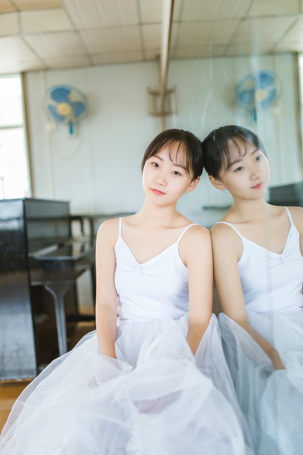 妹子摄影 – 白色连衣裙女孩跳芭蕾舞_图片 No.14