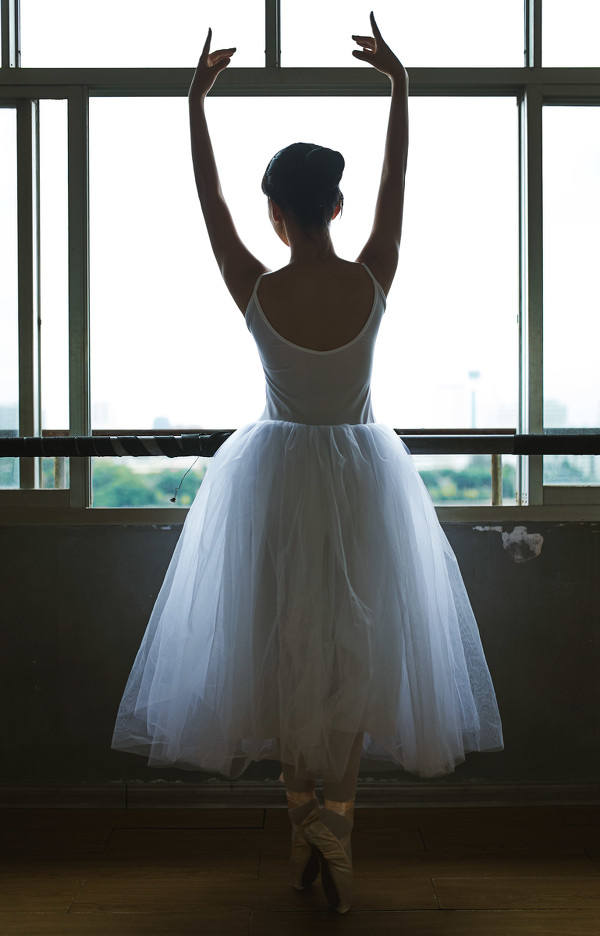 妹子摄影 – 白色连衣裙女孩跳芭蕾舞_图片 No.15