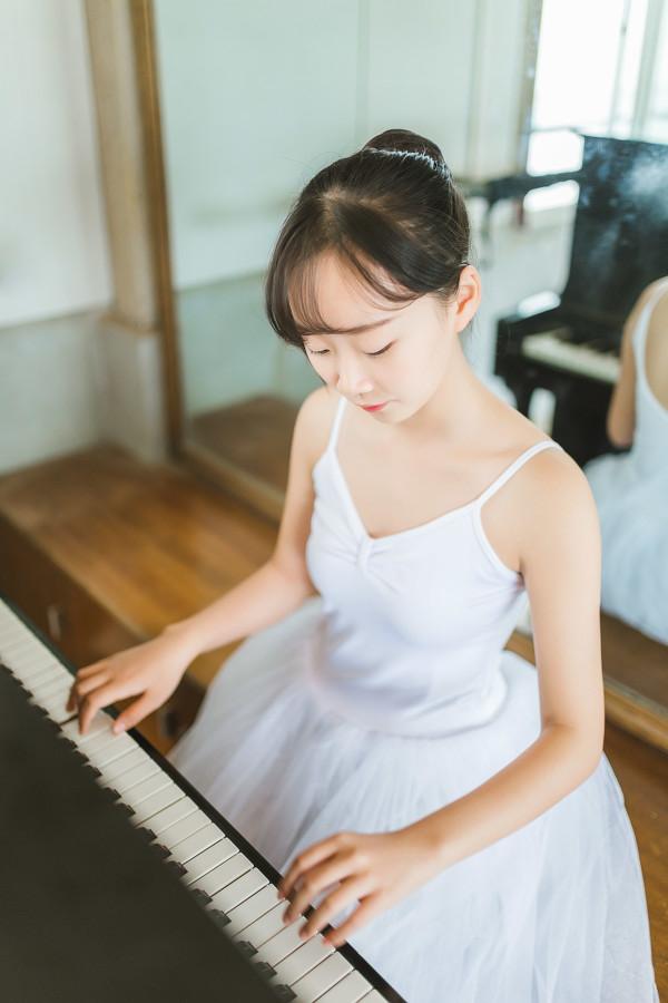 妹子摄影 – 白色连衣裙女孩跳芭蕾舞_图片 No.16