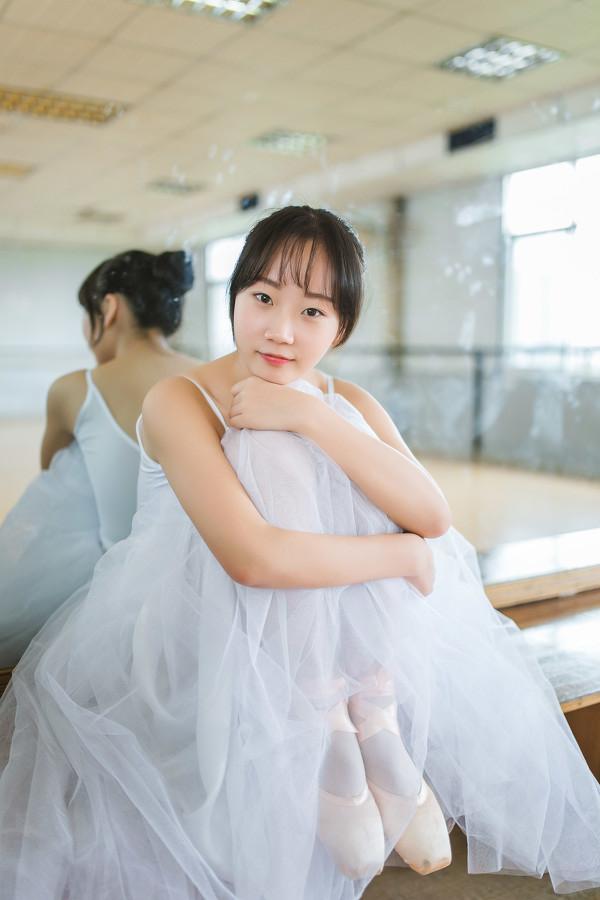 妹子摄影 – 白色连衣裙女孩跳芭蕾舞_图片 No.17