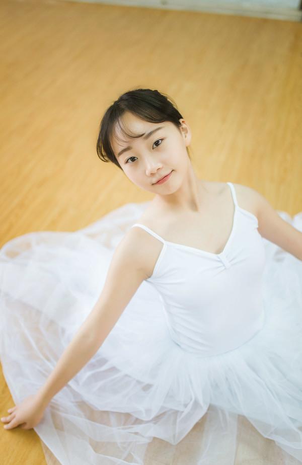 妹子摄影 – 白色连衣裙女孩跳芭蕾舞_图片 No.20
