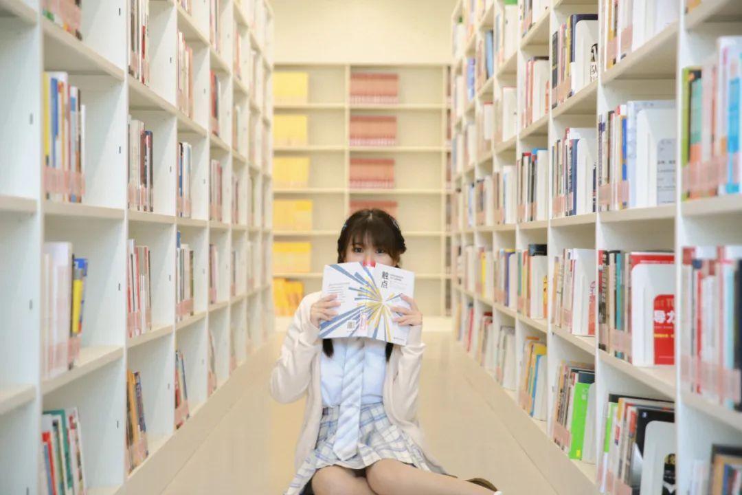 妹子摄影 – 图书馆里热爱学习的JK制服双马尾女孩_图片 No.2