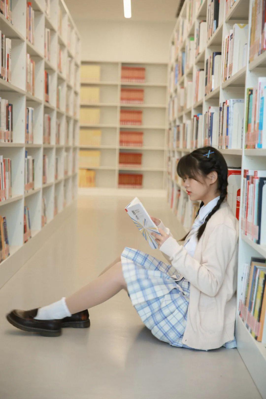 妹子摄影 – 图书馆里热爱学习的JK制服双马尾女孩_图片 No.3