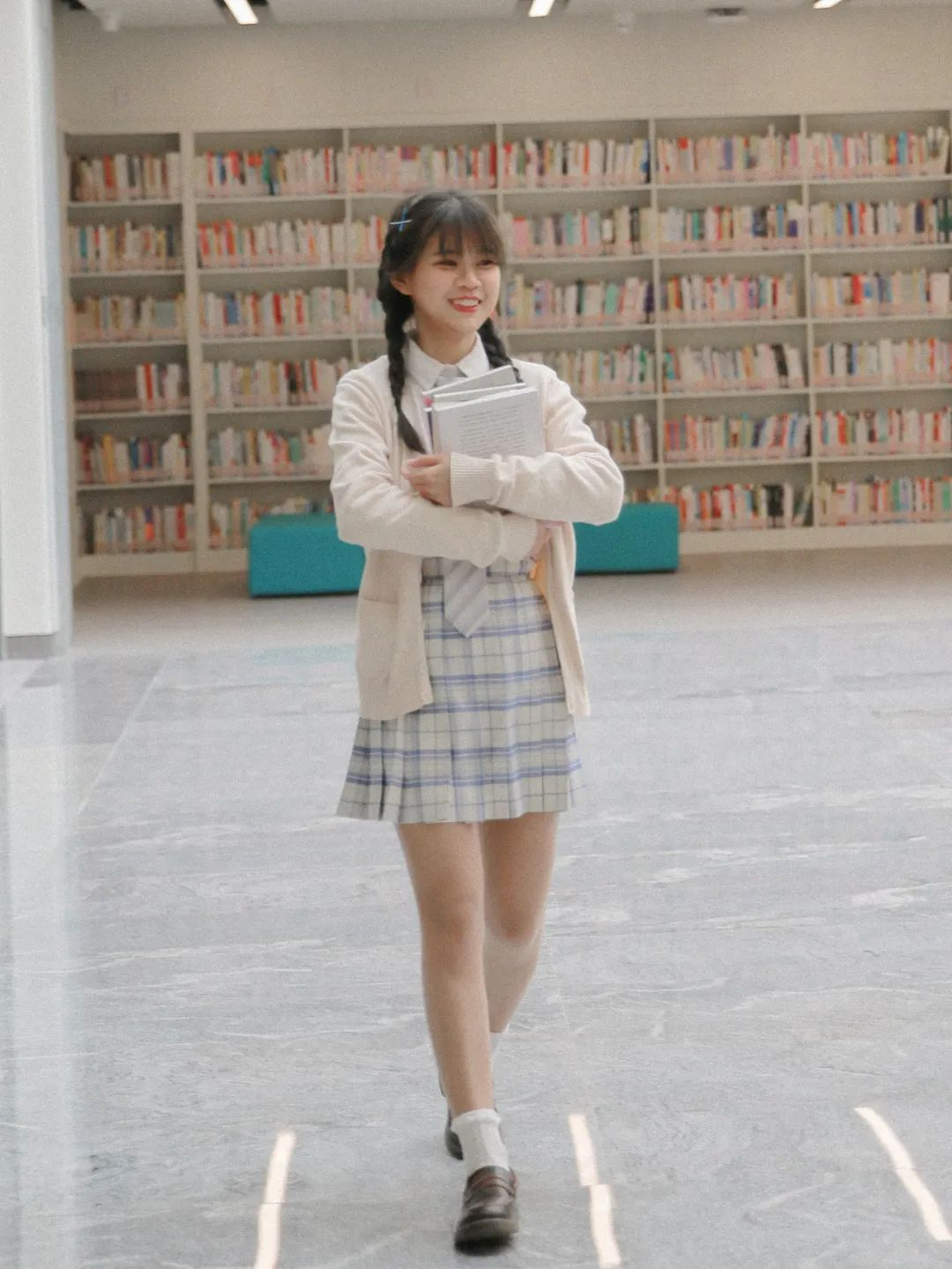 妹子摄影 – 图书馆里热爱学习的JK制服双马尾女孩_图片 No.4