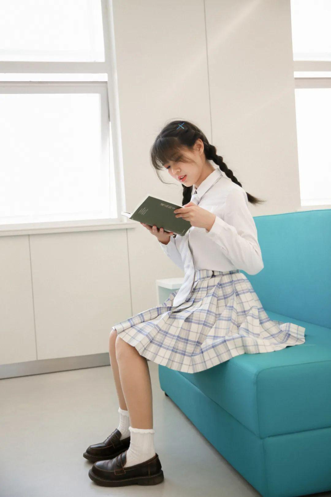 妹子摄影 – 图书馆里热爱学习的JK制服双马尾女孩_图片 No.6