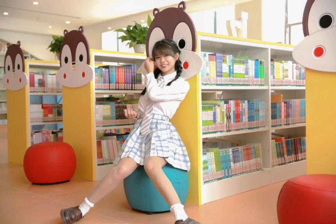 妹子摄影 – 图书馆里热爱学习的JK制服双马尾女孩_图片 No.9