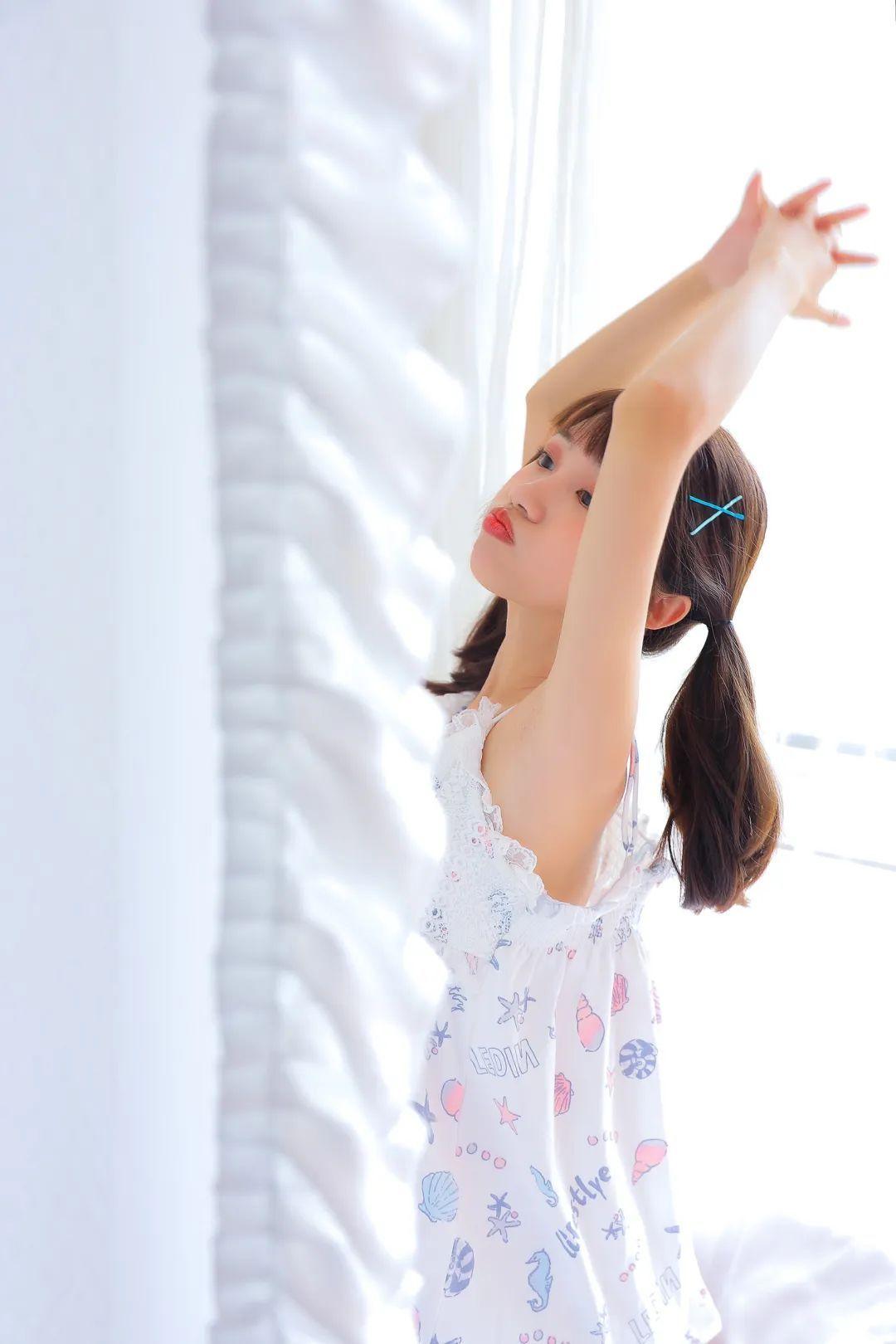 妹子摄影 – 白色连衣裙美腿少女的夏日生活_图片 No.12