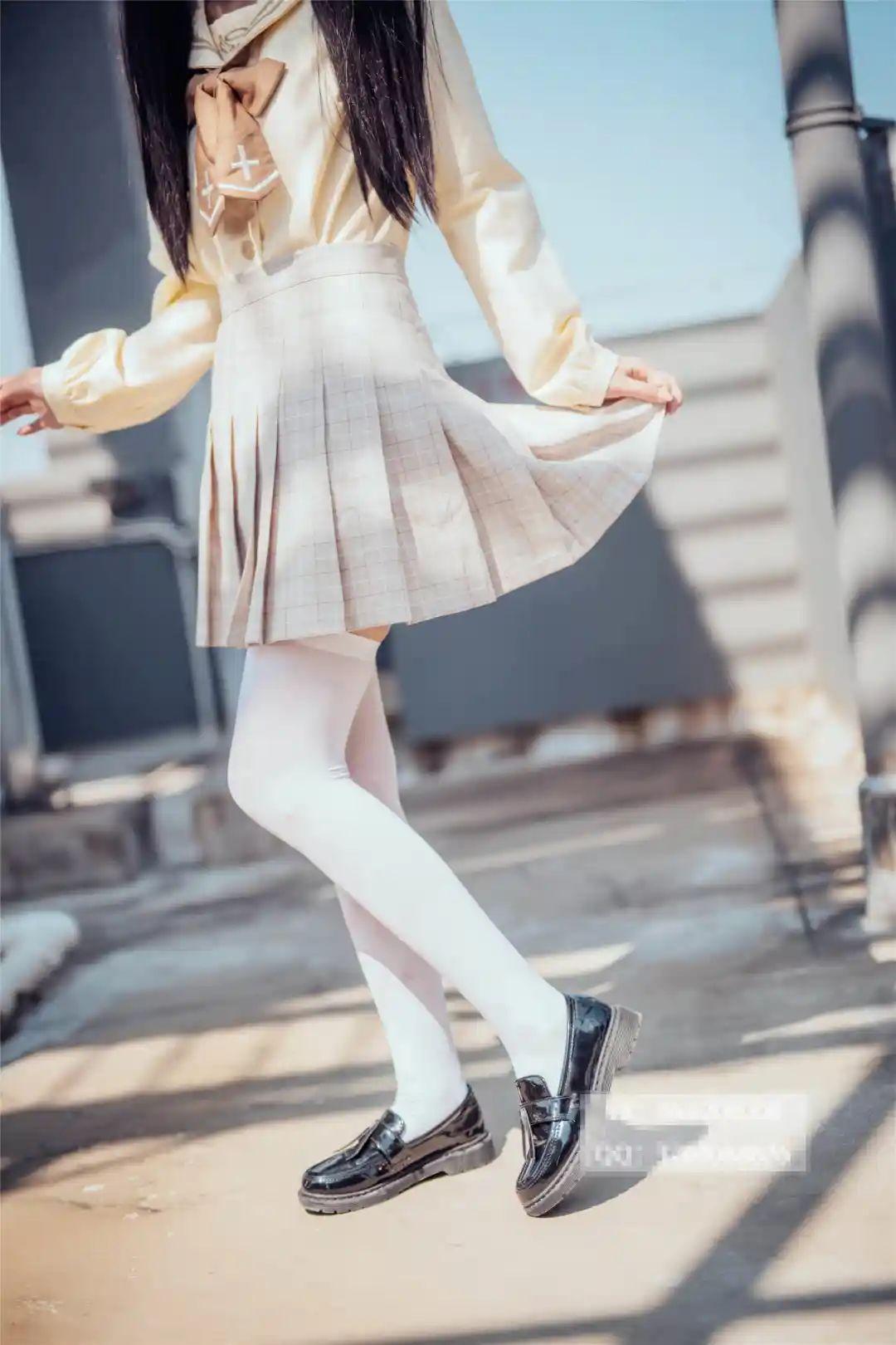 妹子摄影 – 白丝袜小美女,JK短裙尽显腿长优雅_图片 No.2