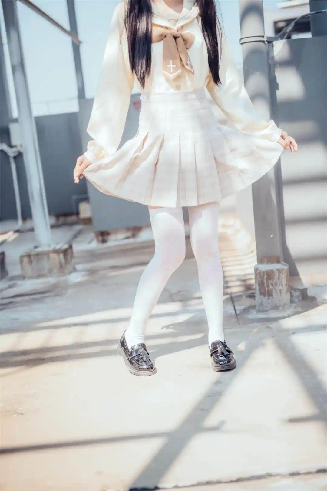 妹子摄影 – 白丝袜小美女,JK短裙尽显腿长优雅_图片 No.4