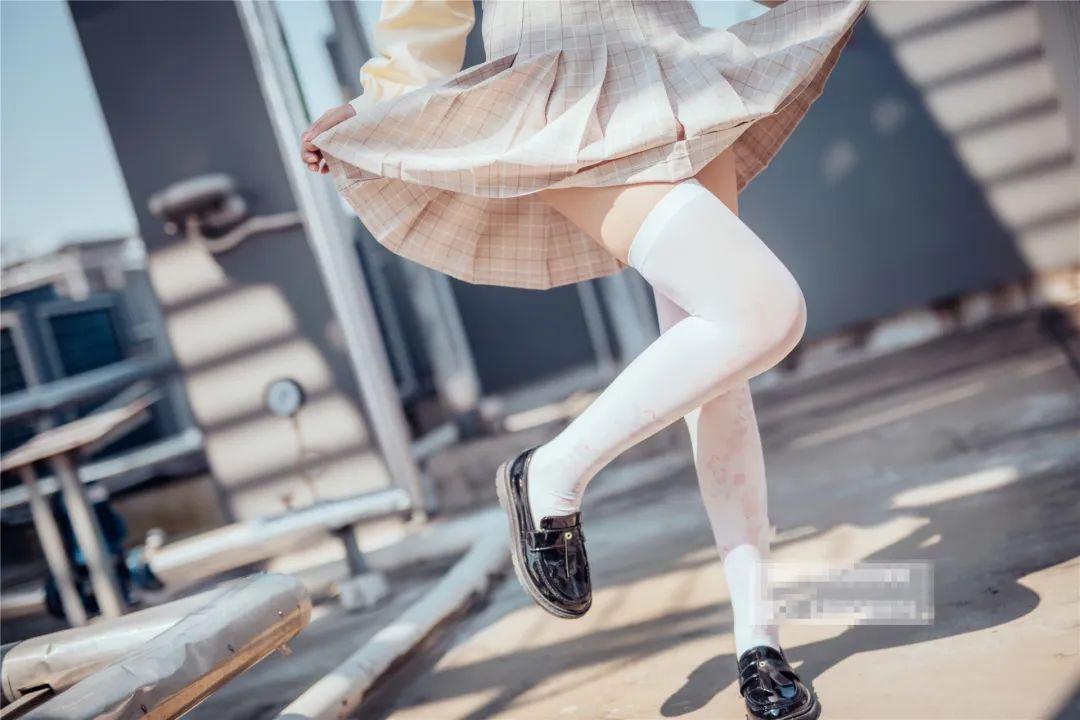妹子摄影 – 白丝袜小美女,JK短裙尽显腿长优雅_图片 No.6