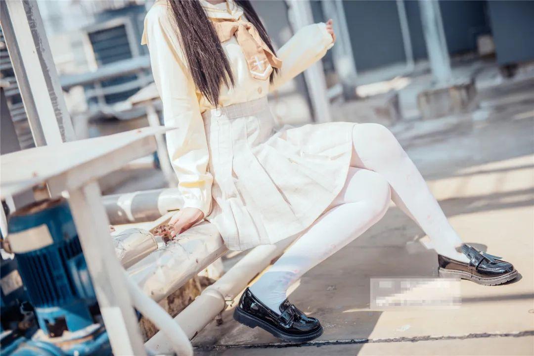 妹子摄影 – 白丝袜小美女,JK短裙尽显腿长优雅_图片 No.7