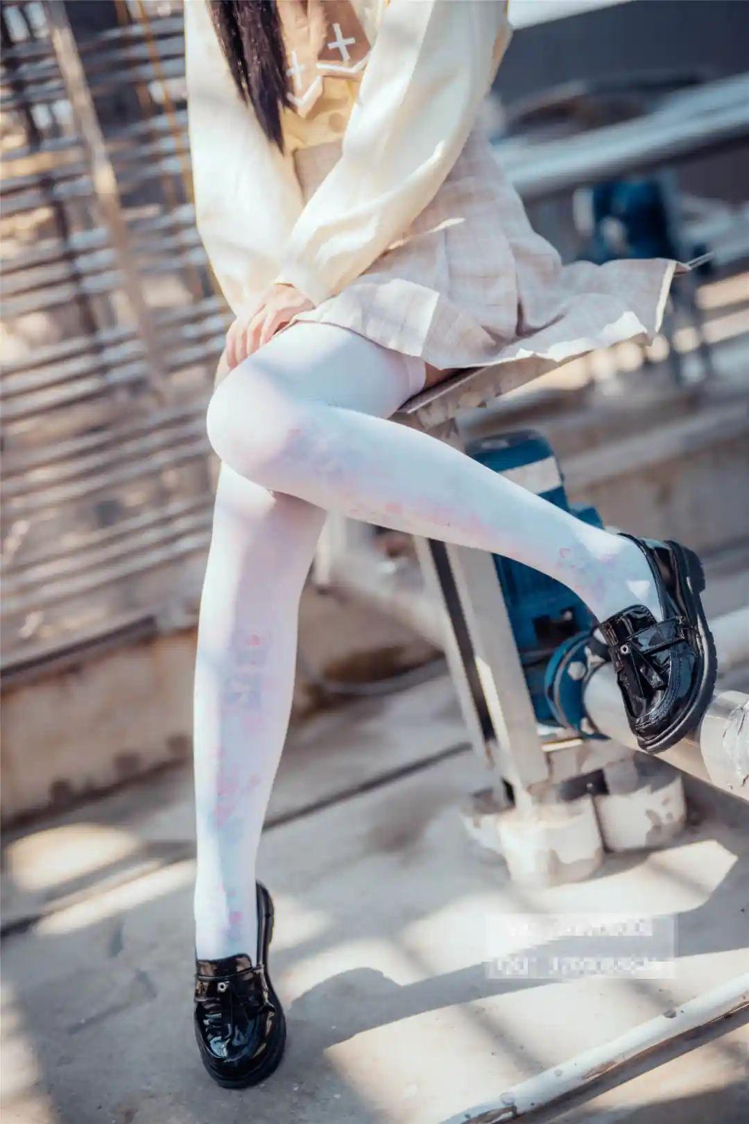 妹子摄影 – 白丝袜小美女,JK短裙尽显腿长优雅_图片 No.8