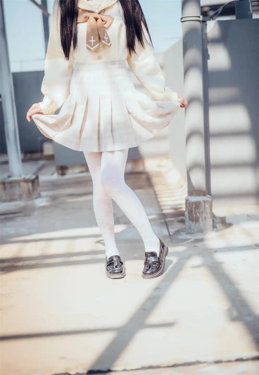 妹子摄影 – 白丝袜小美女,JK短裙尽显腿长优雅_图片 No.11