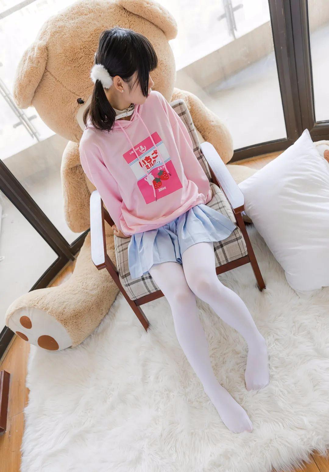 妹子摄影 – 双马尾粉色卫衣 白丝袜小短裙迷你少女_图片 No.1