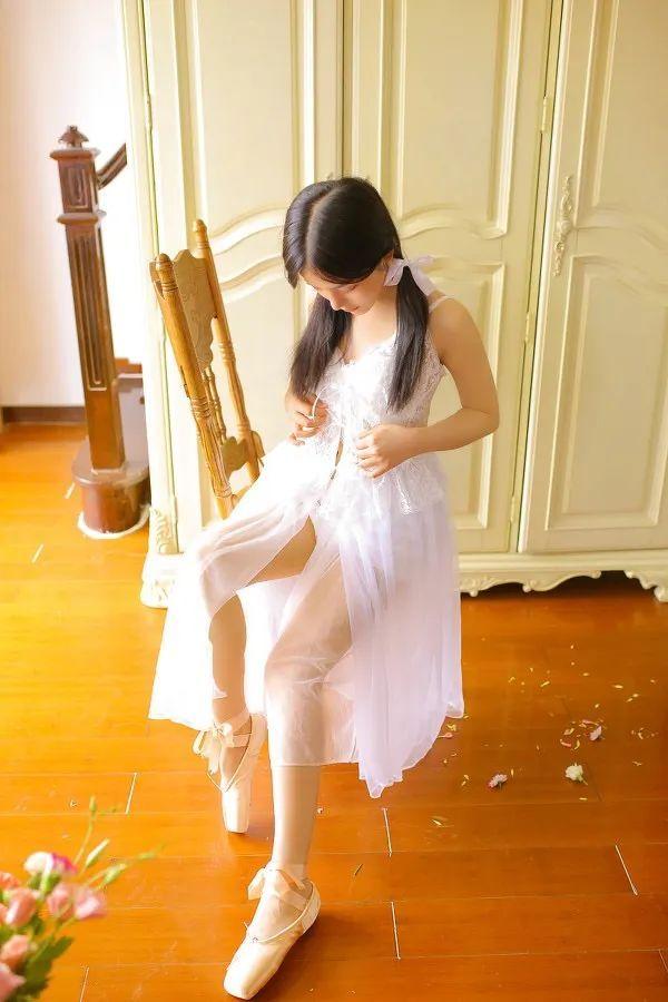 妹子摄影- 纯白连衣裙双马尾女孩,像个优雅的公主!_图片 No.4