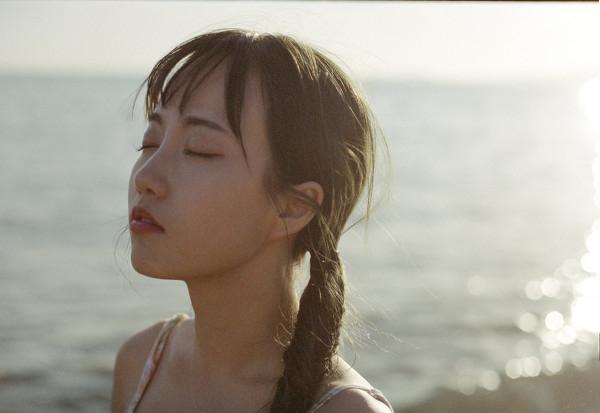 妹子摄影 – 越海的碎花裙连衣裙少女,实在是太纯了!_图片 No.2