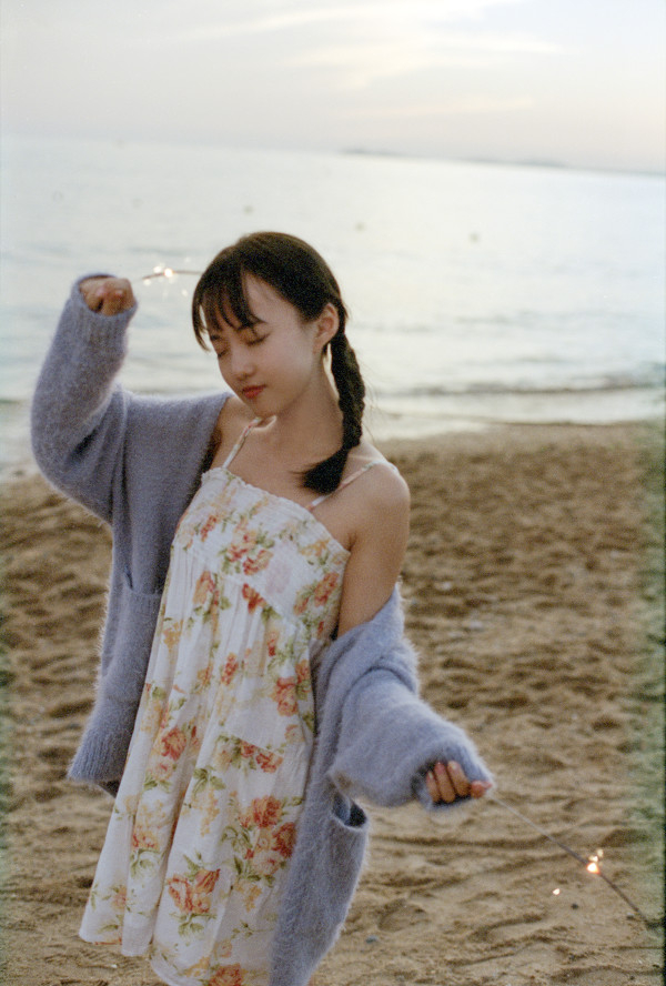 妹子摄影 – 越海的碎花裙连衣裙少女,实在是太纯了!_图片 No.5