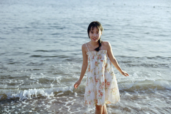 妹子摄影 – 越海的碎花裙连衣裙少女,实在是太纯了!_图片 No.6