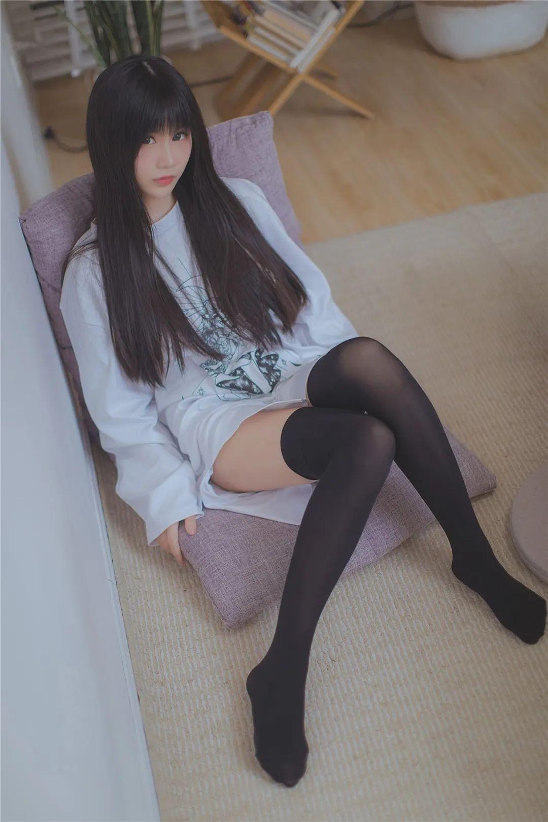 妹子摄影 – 休闲服与JK制服都超级棒的绝色少女 绝对领域_图片 No.1