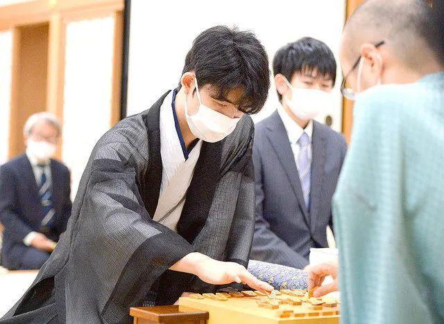 """17岁日本将棋棋手""""藤井聪太""""取得历史上最年轻的棋圣头衔,《龙王的工作!》所言成真_图片 No.3"""