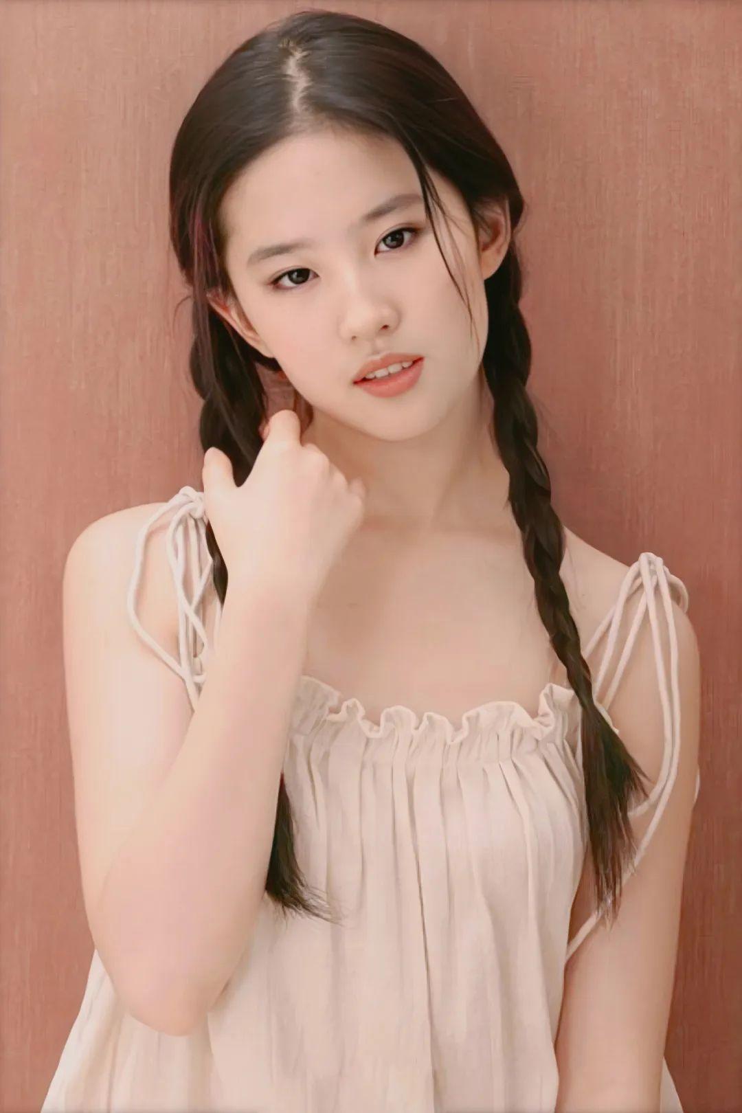 刘亦菲18岁写真,麻花辫眼若秋水,面若桃花,极致动人!_图片 No.1