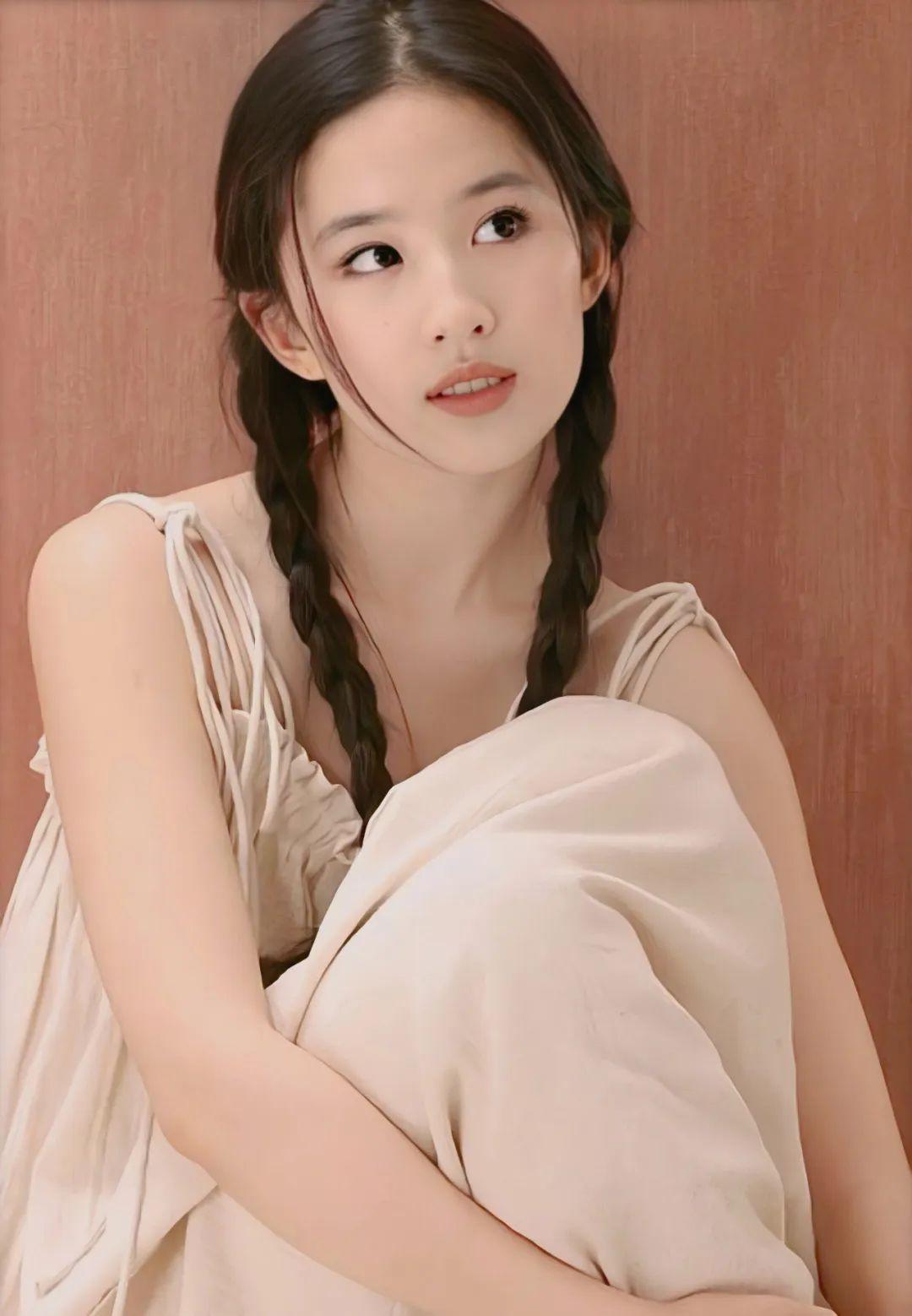 刘亦菲18岁写真,麻花辫眼若秋水,面若桃花,极致动人!_图片 No.3