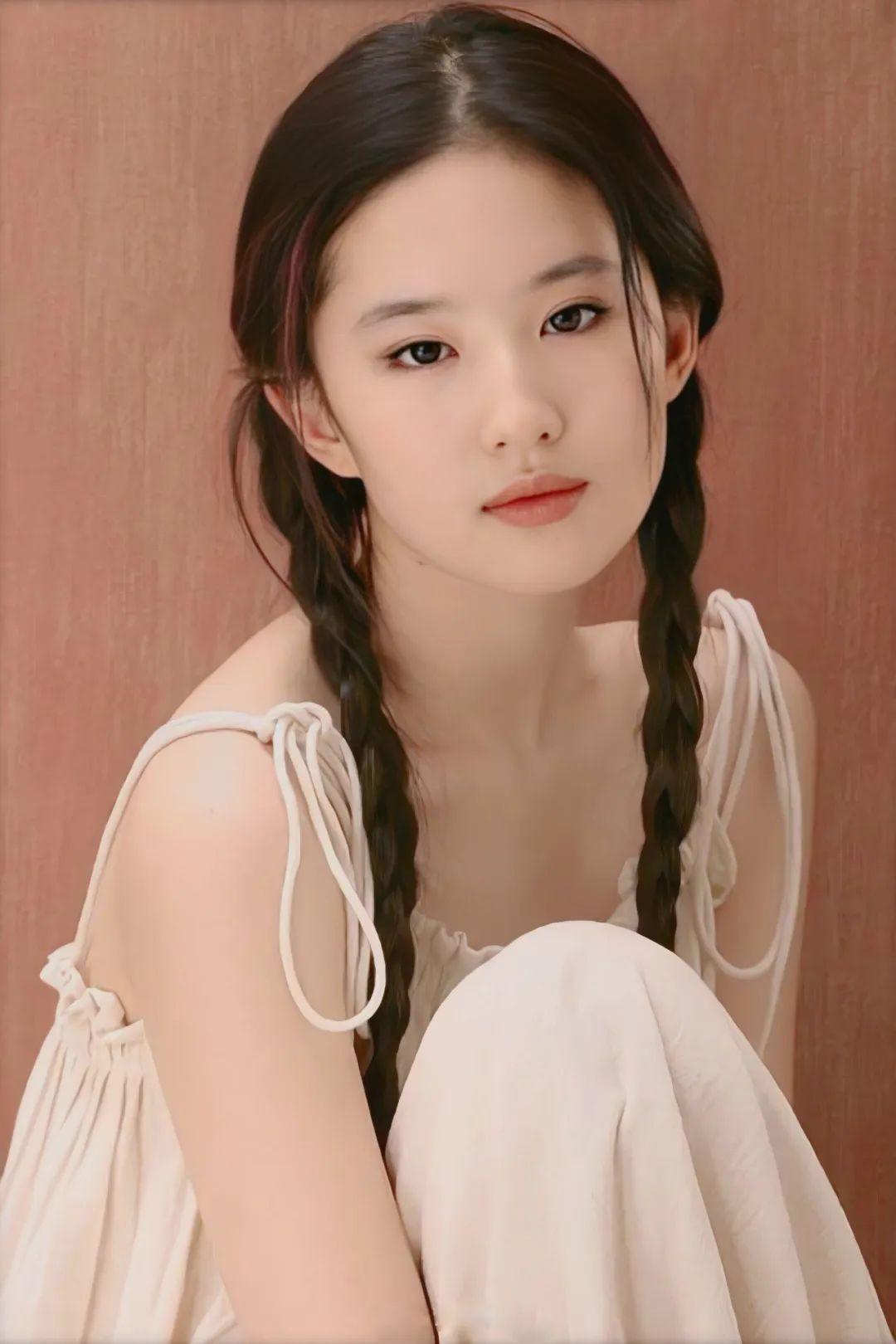 刘亦菲18岁写真,麻花辫眼若秋水,面若桃花,极致动人!_图片 No.4
