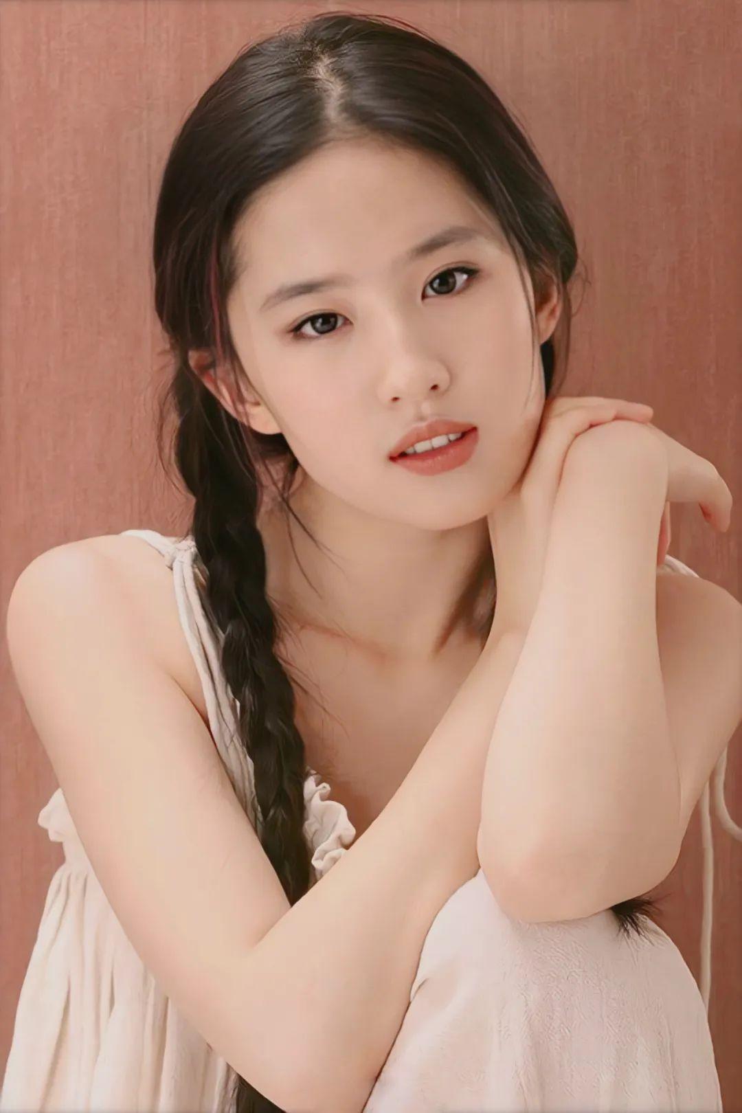 刘亦菲18岁写真,麻花辫眼若秋水,面若桃花,极致动人!_图片 No.8