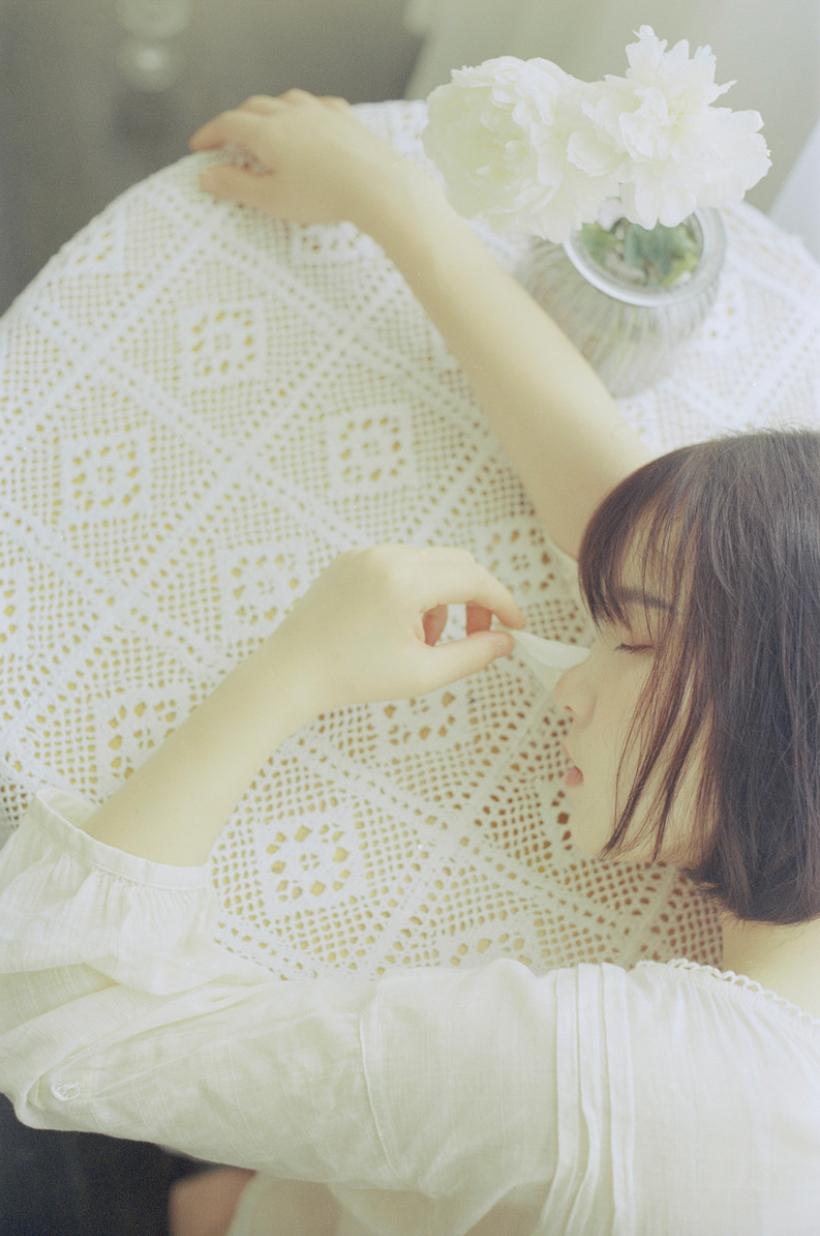 妹子摄影 – 少女白色纱裙可以朦胧美,也可以贴身内衣躲窗帘后小性感_图片 No.1