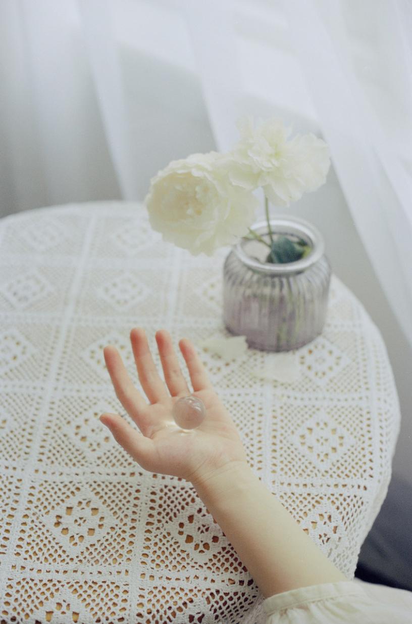妹子摄影 – 少女白色纱裙可以朦胧美,也可以贴身内衣躲窗帘后小性感_图片 No.4