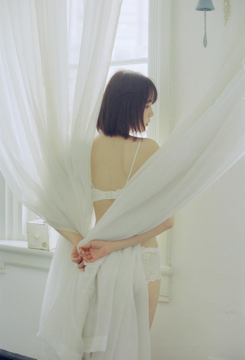 妹子摄影 – 少女白色纱裙可以朦胧美,也可以贴身内衣躲窗帘后小性感_图片 No.5