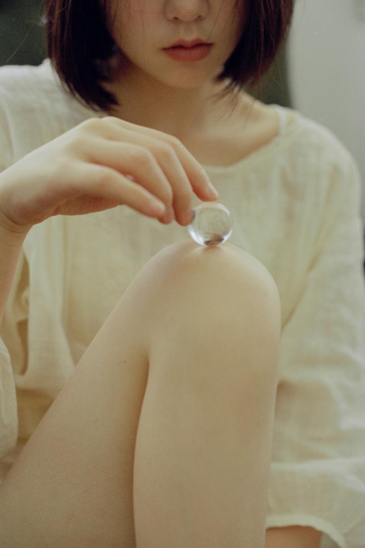 妹子摄影 – 少女白色纱裙可以朦胧美,也可以贴身内衣躲窗帘后小性感_图片 No.8