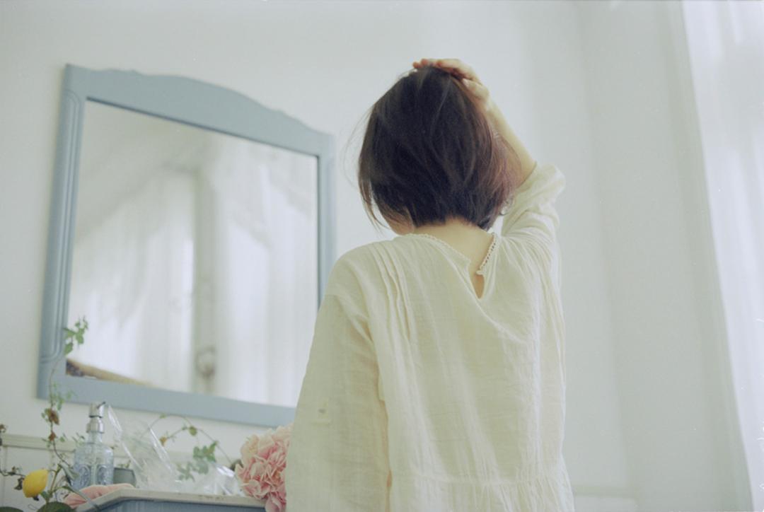 妹子摄影 – 少女白色纱裙可以朦胧美,也可以贴身内衣躲窗帘后小性感_图片 No.10