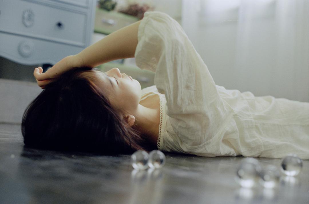 妹子摄影 – 少女白色纱裙可以朦胧美,也可以贴身内衣躲窗帘后小性感_图片 No.11